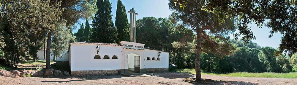 Façana del cementiri d'Aigüafreda