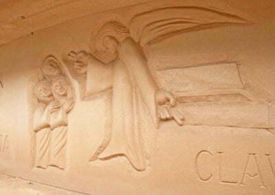 Escultura tallada a la paret