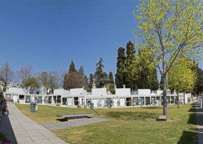 Plaça amb monument de víctimes de la guerra